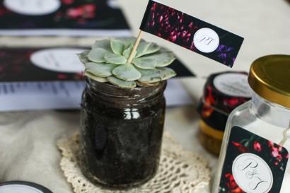 Podziękowania dla gości w formie sukulentów w szklanym słoiczku. Piker z grafiką z bordowymi i burgundowymi kwiatami