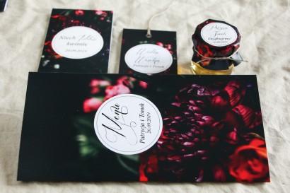 Menu weselne na stół - Kwiatowy styl. Kolorystyka przełamana bordowymi i burgundowymi kwiatami piwonii i róż