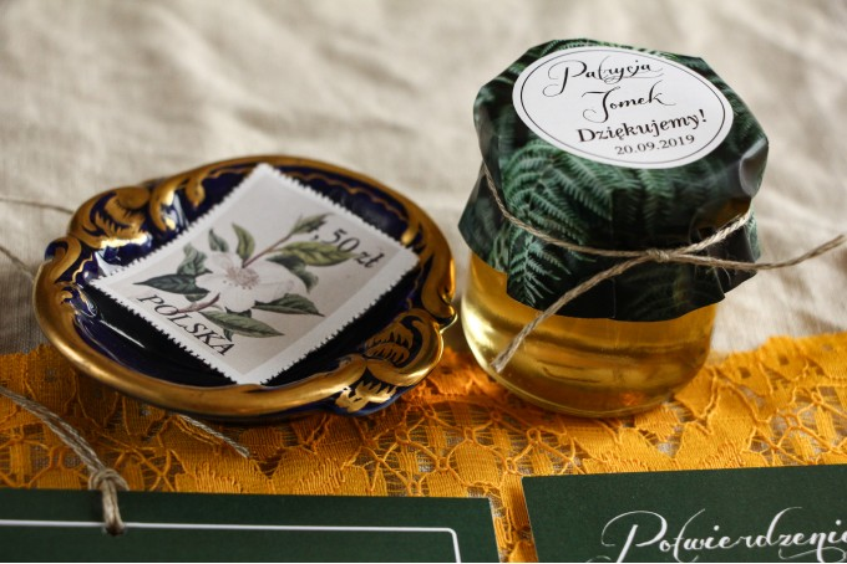 Słoiczki z miodem - słodkie podziękowanie dla gości weselnych. Grafika z liśćmi paproci