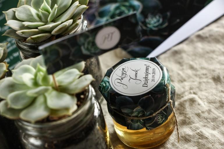Słoiczki z miodem - słodkie podziękowanie dla gości weselnych. Grafika z eukaliptusami