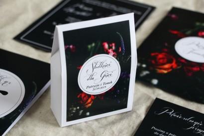 Podziękowania dla gości weselnych, pudełeczka na słodkości - Czarna grafika przełamana bordowymi i burgundowymi kwiatami