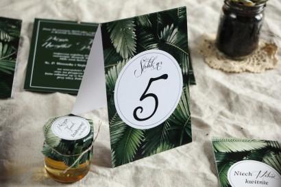 Numery stolików weselnych w botanicznym stylu. Grafika z liśćmi bananowca