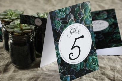 Numery stolików weselnych w botanicznym stylu. Grafika z eukaliptusami
