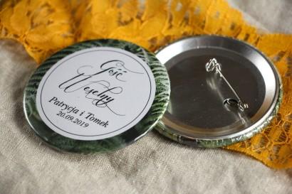Przypinki ślubne, podziękowania dla gości. Grafika z liśćmi paproci.