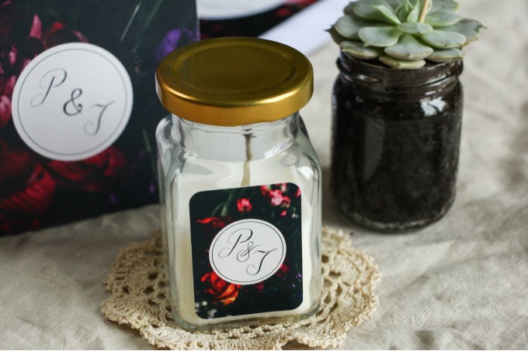 Świeczki - Kwiatowe podziękowania dla gości weselnych. Czarna grafika przełamana bordowymi i burgundowymi kwiatami