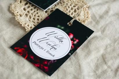 Zawieszki na butelki weselne w stylu kwiatowym. Czarna grafika przełamana bordowymi i burgundowymi kwiatami piwonii i róż