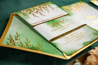 Złote Zaproszenia Ślubne, zielone z owijką z papieru złotego lustrzanego