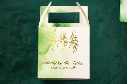Zielone kwadratowe pudełko na ciasto weselne ze złoceniem