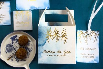 Niebieskie kwadratowe pudełko na ciasto weselne ze złoceniem