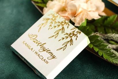 Podziękowanie dla gości weselnych w postaci mlecznej czekoladki, owijka ze złoconymi napisami, kolor zielony