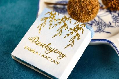 Podziękowanie dla gości weselnych w postaci mlecznej czekoladki, owijka ze złoconymi napisami, kolor niebieski