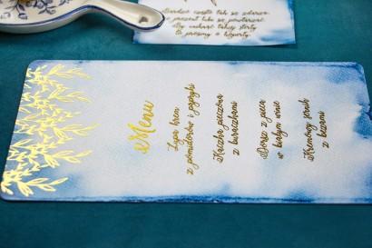 Niebieskie Menu ślubne z bogatym złoceniem. Dodatki na stół weselny.