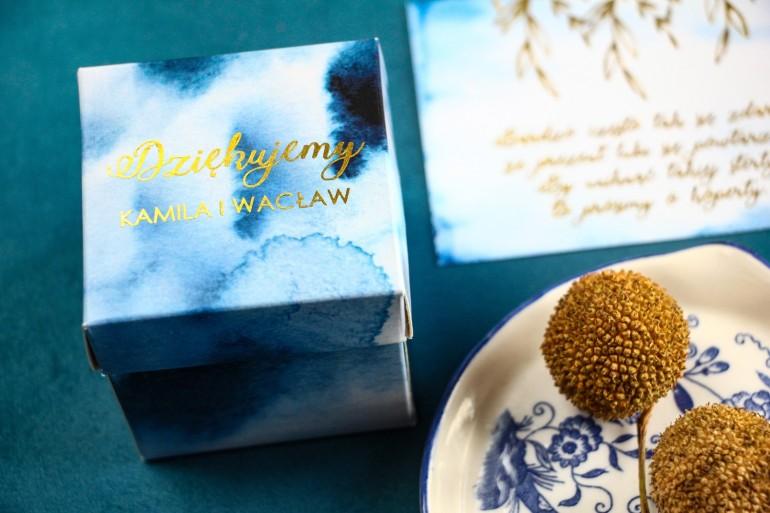 Niebieskie Pudełeczko na słodkości dla gości ślubnych, weselnych w kształcie sześcianu oraz złoconymi napisami