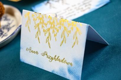 Niebieskie Winietki ślubne ze złoceniem. Wizytówki na stół weselny
