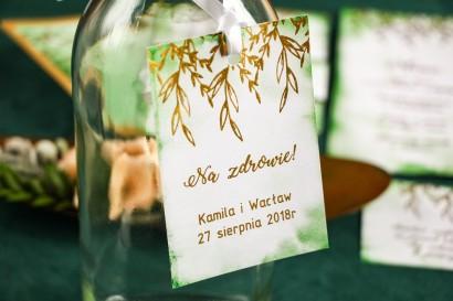 Zielone zawieszki na butelki weselne ze złoceniami.