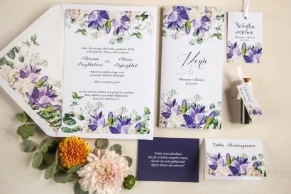 Fioletowe zaproszenia ślubne z frezją i białymi piwoniami z dodatkiem gipsówki wraz z dodatkami