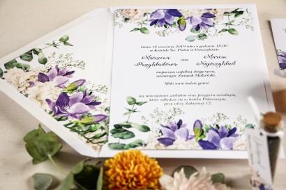 Fioletowe zaproszenia ślubne z frezją i białymi piwoniami z dodatkiem gipsówki