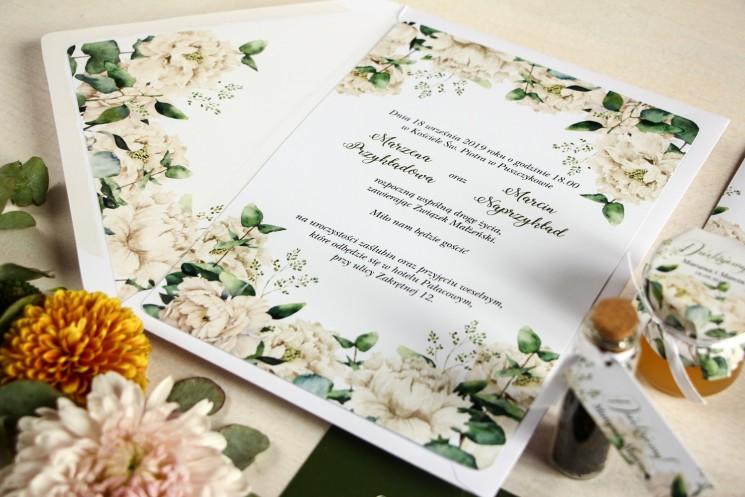 Zaproszenia ślubne w stylu greenery z białymi piwoniami z dodatkiem liści eukaliptusa