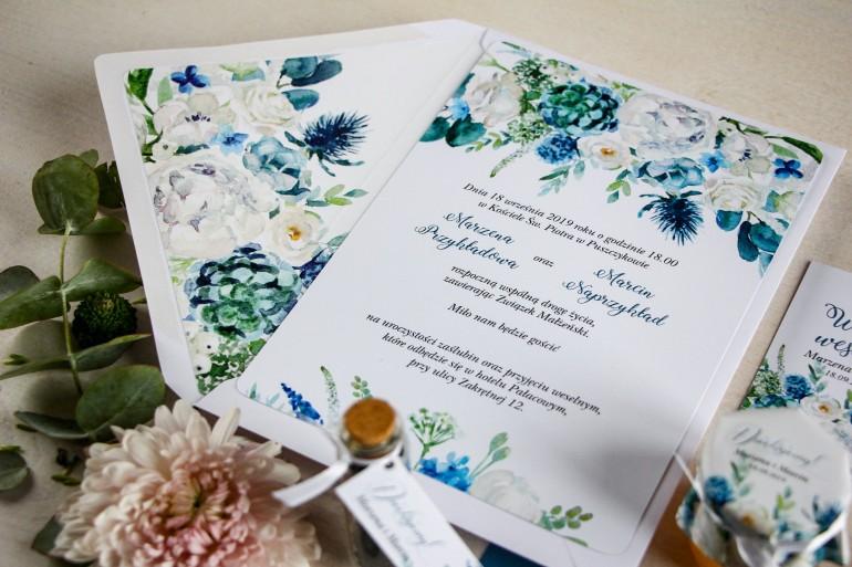 Niebieskie zaproszenia ślubne białymi różami