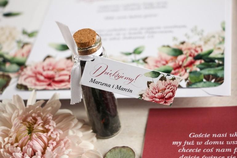 Podziękowania dla Gości w postaci buteleczek z herbatą, przywieszka z dodatkiem różowych i białych piwonii