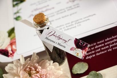 Podziękowania dla Gości w postaci buteleczek z herbatą, przywieszka z różowymi i purpurowymi piwoniami i tulipanami