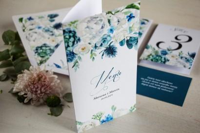 Niebieskie Menu weselne, grafika z białymi różami z dodatkiem zielonych i niebieskich liści