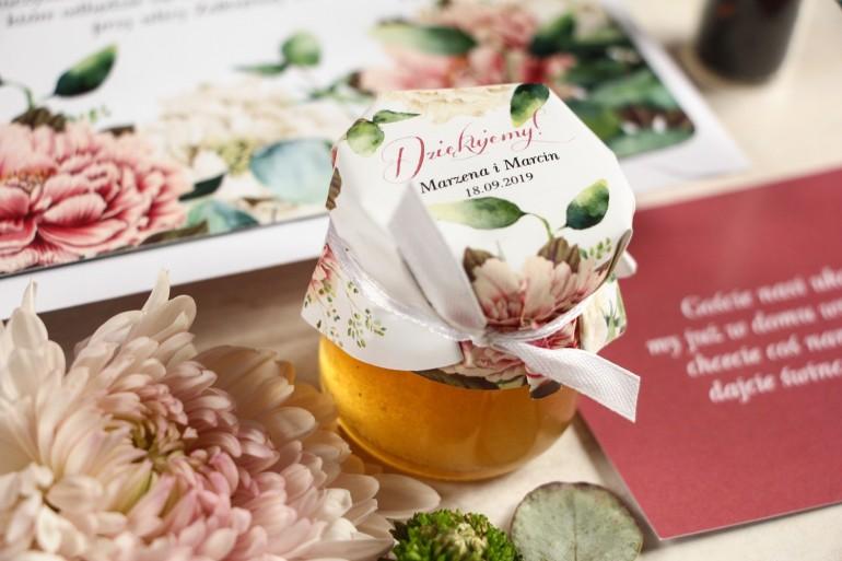 Miody - słodkie podziękowania dla gości, grafika z dodatkiem różowych i białych piwonii w otoczeniu liści eukaliptusa