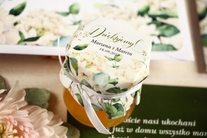 Miody - słodkie podziękowania dla gości, grafika w stylu greenery z białymi piwoniami z dodatkiem liści eukaliptusa