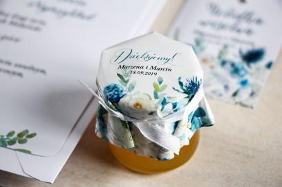Miody - słodkie podziękowania dla gości, grafika z białymi różami z dodatkiem zielonych i niebieskich liści