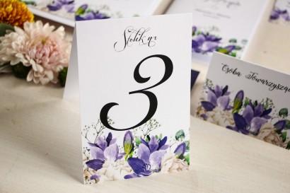 Numery stolików weselnych, grafika z frezją i białymi piwoniami z dodatkiem gipsówki i liści eukaliptusa