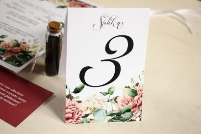Numery stolików weselnych, grafika z dodatkiem różowych i białych piwonii w otoczeniu liści eukaliptusa