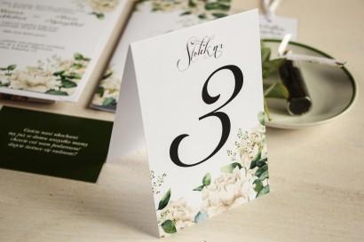 Numery stolików weselnych, grafika w stylu greenery z białymi piwoniami z dodatkiem liści eukaliptusa