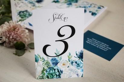 Numery stolików weselnych, grafika z białymi różami z dodatkiem zielonych i niebieskich liści