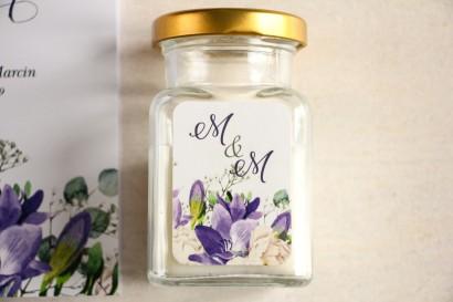 Świeczki - podziękowania dla gości weselnych. Etykieta z frezją i białymi piwoniami z dodatkiem gipsówki i liści eukaliptusa