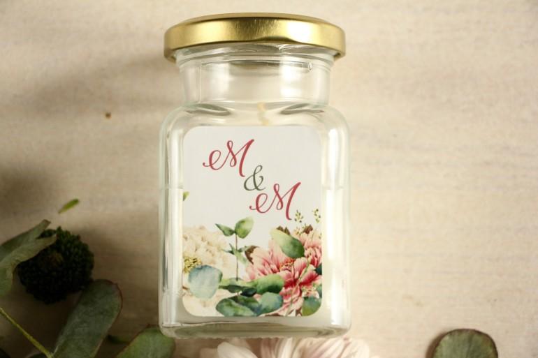 Świeczki - podziękowania dla gości weselnych. Etykieta z dodatkiem różowych i białych piwonii w otoczeniu liści eukaliptusa