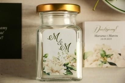 Świeczki - podziękowania dla gości weselnych. Etykieta w stylu greenery z białymi piwoniami z dodatkiem liści eukaliptusa