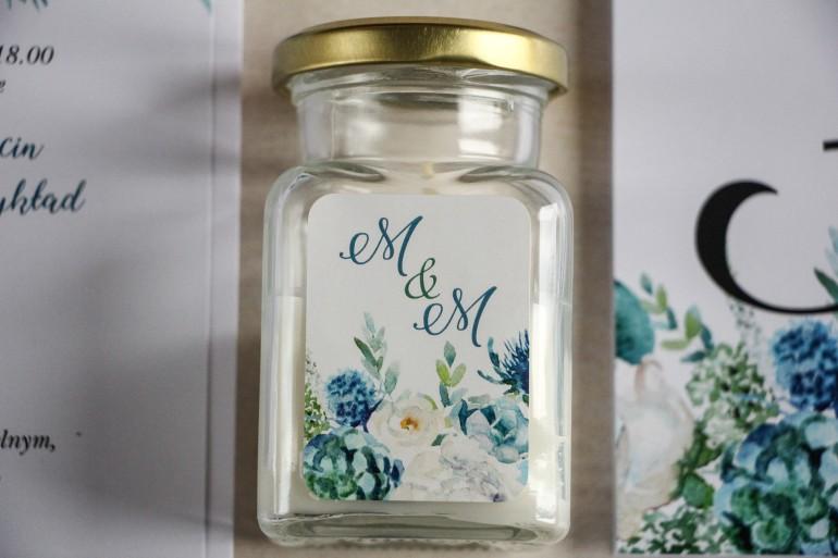 Świeczki - podziękowania dla gości weselnych. Etykieta z białymi różami z dodatkiem zielonych i niebieskich liści