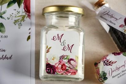 Świeczki - podziękowania dla gości weselnych. Etykieta z różowymi i purpurowymi piwoniami i tulipanami