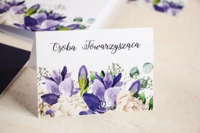 Winietki ślubne na stół weselny, grafika z frezją i białymi piwoniami z dodatkiem gipsówki i liści eukaliptusa