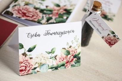 Kwiatowe Winietki ślubne na stół weselny, grafika z dodatkiem różowych i białych piwonii w otoczeniu liści eukaliptusa