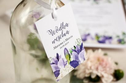Zawieszki na butelki weselne, kwiatowa grafika z frezją i białymi piwoniami z dodatkiem gipsówki i liści eukaliptusa