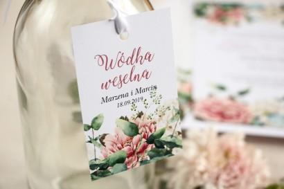 Zawieszki na butelki weselne, kwiatowa grafika z dodatkiem różowych i białych piwonii w otoczeniu liści eukaliptusa