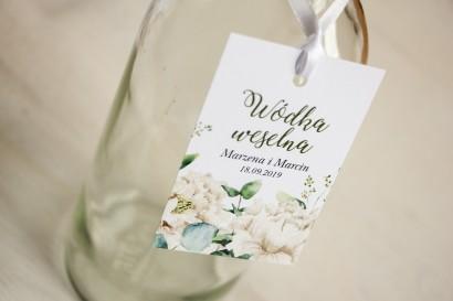 Zawieszki na butelki weselne, kwiatowa grafika w stylu greenery z białymi piwoniami z dodatkiem liści eukaliptusa