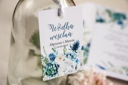 Zawieszki na butelki weselne, kwiatowa grafika z białymi różami z dodatkiem zielonych i niebieskich liści