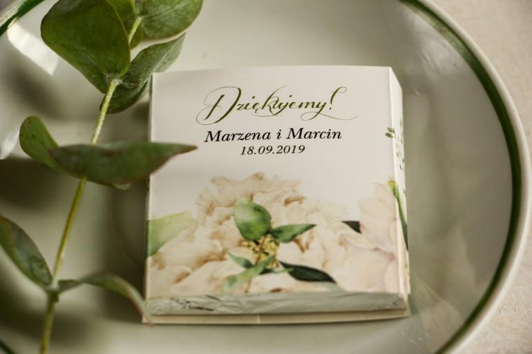 Podziękowanie dla gości weselnych w postaci mlecznej czekoladki, kwiatowa owijka w stylu greenery