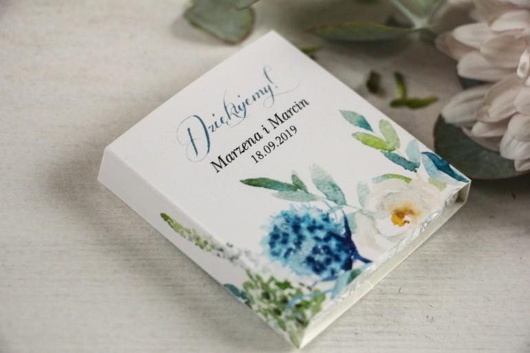 Podziękowanie dla gości weselnych w postaci mlecznej czekoladki, kwiatowa owijka z białymi różami