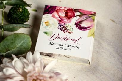 Podziękowanie dla gości weselnych w postaci mlecznej czekoladki, kwiatowa owijka z różowymi i purpurowymi piwoniami i tulipanami
