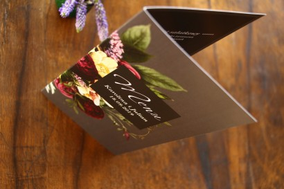 Menu weselne. Grafika z kwiatowym bukietem w stylu vintage w kolorystyce burgundu i purpury