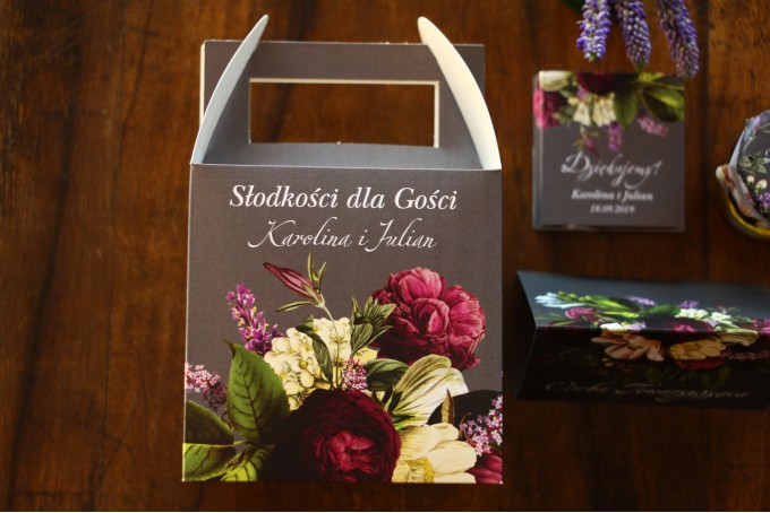 Kwadratowe Pudełko na Ciasto weselne z kwiatowym bukietem w stylu vintage w kolorystyce burgundu i purpury z dodatkiem zieleni