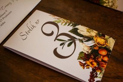 Numery stolików weselnych z botanicznym bukietem w stylu vintage